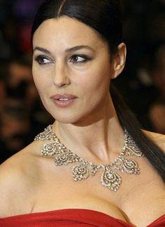 Monica Bellucci Necklace | Monica Bellucci comenzó su carrera como actriz en el año 1990 ...