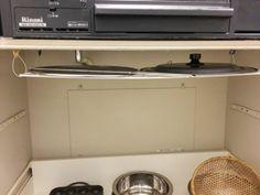 【100均収納】ワイヤーネット収納60選☆簡単DIY・コンロ下上部の隙間を利用した収納  引き出しを動かしても干渉しないし、サッと出し入れできるので楽チン。お鍋のふたの収納場所にぴったり!