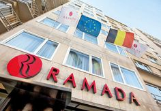 """Hotel Ramada Oostende is een gezellig driesterrenhotel op 250 meter van het strand en vlak bij de winkelstraten en het Casino Kursaal.  In het Premtime Café kun je terecht voor een seizoensgebonden menu. In de hotelbar kun je terecht voor een lekkere kop koffie.  Met zijn uitstekende diensten en faciliteiten is Ramada Ostend een ideale plek voor vakantiegangers.   Onlangs kreeg Hotel Ramada Oostende nog de """"Vlaamse Kust: een zee van kwaliteit""""-award toegekend.  Officiële categorie ***"""