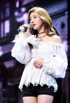 Korean Model, Korean Singer, Suzy Bae Fashion, Miss A Suzy, Fade Styles, Bae Suzy, Stage Outfits, Korean Celebrities, Female Singers