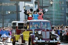 熊本地震の復興を願う東京ディズニーリゾート(TDR)のスペシャルパレードが17日、熊本市中央区で行われた。バスに乗ったミッキーマウスやミニーマウスなど人気キャラクターが軽快に投げキスをしたりすると、沿道に詰めかけた約6万人の市民からは大きな歓声が上がっていた。