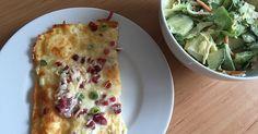 Zutaten    120 gQuark  2 Ei(er)  160 gKäse, geriebener  100 gCrème fraîche  Lauchzwiebel(n), in Röllchen geschnitten  Speckwürf...