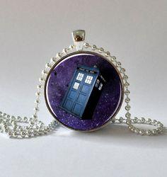 Collar de TARDIS de Doctor Who, disponible en Etsy, 175.76 pesos mexicanos. Pedir con tiempo para los envíos de Navidad