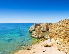 Die portugiesische Algarve bietet Steilküsten und sanft abfallende Sandstrände, Surfer-Paradiese und einsame Buchten. Mehr als 100 offizielle Strände warten darauf, entdeckt zu werden –aber diese elf sind besonders schön.