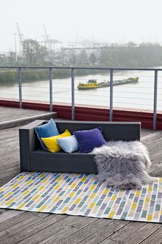 The model TILES is made of recycled PET and goes indoor or outdoor. The rug is available in sizes 140x200cm - 170x240cm - 200x300cm