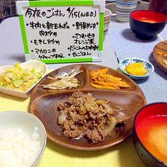 ◇牛肉と新玉ねぎ炒め ◇もやし炒め ◇マカロニのケチャップ和え ◇サラダ ◇さつまいものオレンジ煮 ◇大根のお味噌汁 ◇ごはん  お肉がいっぱい食べたい!と言われたので、サッと炒めてできあがり♡ さつまいもは初めてオレンジジュースで煮詰めてみました! - 8件のもぐもぐ - 牛肉と新玉ねぎ炒め by mikihiro25