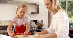 """Como fazer um conjunto de cozinha para crianças com papelão. Ao longo da história, as crianças têm imitado as atividades diárias dos adultos por meio de seus brinquedos. Vendedores viajantes ofereciam amostras em miniatura para mães como boa demonstração de fidelidade quanto à vinda do fogão ou eletrodoméstico que ainda seria entregue. Essas amostras eram dadas às crianças. De acordo com a Stoves Online, """"a ..."""
