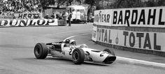 McLaren cumple, con ocasión del Gran Premio de Mónaco, los 50 años de existencia como marca. Fue en esta prueba en donde un coche con su logo rodó por primera vez, iniciando una hi