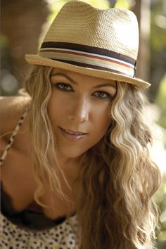 Colbie Calliat i still think she could b e agood Sora. Colbie Caillat, Beautiful People, Beautiful Women, Toned Women, Straw Fedora, Hat Shop, Greatest Songs, Music Tv, Female Singers