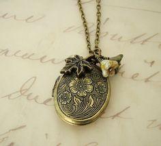 I want this! I love lockets sooo much. Especially vintage ones! Eeek