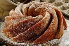 Bolo da vovó da maçãRendimento: 10 porções100 g de manteiga100 g de açúcar2 xícaras (chá) de farinha de trigo1 colher (sopa) de fermento em pó2 maçãs verdes para assadeira pequena e 3 em assadeira retangular3 ovosSemente de papoula a gosto (opcional)1 Pré-aqueça o forno.2 Em uma batedeira, coloque o açúcar e a manteiga e bater bem até ficar fofo. Acrescente os ovos um a um e continue batendo na velocidade dois.3 Junte o fermento com a farinha, acrescente na massa e mexa com uma espátula.4…