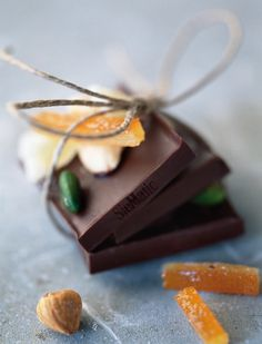 The SieMatic recipe for seasonal chocolates – Ingredients for approximately 20 servings: 175 g (6 oz) Bittersweet chocolate, 2 Tbl Orange liqueur, 40 g (3 Tbl) Butter, 50 g (1/3 cup) Powdered sugar, 50 g (3/4 cup) Ground almonds, 1 Tbl finely grated orange zest. With a click on the picture above you will find the whole recipe.