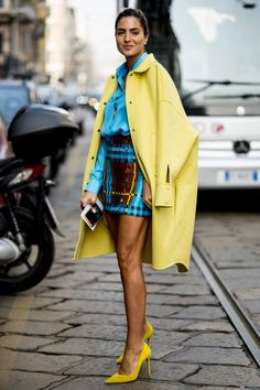 Best Street Style Looks From Milan Fashion Week 2019 Beautiful yellow coat with yellow heels and blue skirt and shirt Cool Street Fashion, Look Fashion, Autumn Fashion, Fashion Outfits, Womens Fashion, Fashion Trends, Spring Fashion, Fashion Shops, Net Fashion