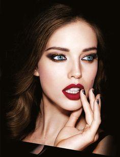 Illusion d'Ombre teinte Rouge Noir, Chanel, 31,50 €.Disponible à partir du 6 novembre 2015. Rouge à Lèvres SuperLustrous Black Cherry, Revlon, 10,95 €.