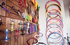 Interiorismo comercial vintage en la tienda de bicicletas BR Bikes de Valencia por Ideas Interiorismo. Interiorismo-comercial-tienda-bicicletas-brbikes-valencia-ideasinteriorismo #interiorismovalencia #nosencantadiseñar #interiorismocomercial #interiorismoexclusivo #tiendabicicletas #decoracionvintage