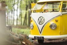 Geel Volkswagen busje op bruiloft