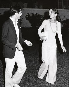 10 Style Lessons We Can Learn From Lee Radziwill - We're always looking for glamorous style inspiration here at T&C. Today's topic: Jackie Kennedy - Lee Radziwill, Patti Hansen, Lauren Hutton, Jackie Kennedy Quotes, Victoria Beckham, Caroline Lee, Olivia Palermo, Look Thinner, Looks Chic