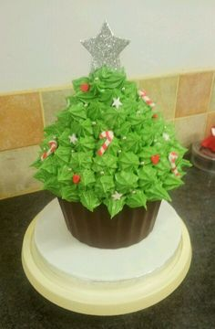 Christmas tree giant cupcake More - - Christmas Cake Designs, Christmas Cupcakes, Christmas Sweets, Christmas Cooking, Noel Christmas, Christmas Goodies, Christmas Tree Cake, Giant Cupcake Recipes, Large Cupcake Cakes