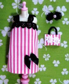 気軽に簡単に作れる人形服作りを目指しています♪ 小さい子供達やお裁縫が苦手な方でも作れるように 針を使わないで布用接着剤でも作れます! レース、リボン、ビーズ、スパンコールなどのデコパーツで デコレーションする事を楽しんで下さい☆ 人形服の型紙と作り方が無料で印刷できます!(日本語版と英語版があります) 約23cmのお人形用ですが、約27cmのお人形用に作りたい場合は、Q&Aをご覧下さい。 ミシンで作る場合は、縫い代の幅や作り方をアレンジして下さい。 お人形用の簡単なソファーやネックレス、バッグ、下着などの作り方も公開しています♪ ぜひ作ってみてくださいね! 動画もございますので、ぜひご参考下さい☆ 小さい子供達と一緒に作れるよう主婦目線で考えました。 物作りの楽しさを知るきっかけになれば幸いです。