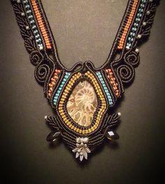 He encontrado este interesante anuncio de Etsy en https://www.etsy.com/es/listing/153749285/macrame-jewelry-necklace-with-ammonite