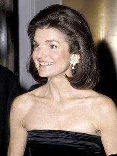 "Jacqueline Kennedy Onassis First Lady Jackie Kennedy was always the picture of elegance, inspiring a nation with her sense of fashion. Although the big ""bouffants"" of the have since been modified, full and voluminous hair has never gone out of style. Jacqueline Kennedy Onassis, Kennedy Wife, Caroline Kennedy, John Kennedy, Popular Hairstyles, Celebrity Hairstyles, Classy Hairstyles, Jackie Oh, My Hairstyle"