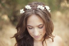 The romantic, natural look of this bridal headpiece is a perfect match for a relaxed summer wedding. We love a floral crown, and were intrigued by the twisting bark-covered wire that this tutorial uses as the base of the headpiece.