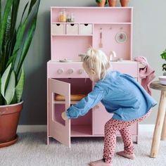"""Mamabook.cz's Instagram photo: """"Růžová kuchyňka od značky Little dutch je další žhavou novinkou  #kuchyne #kitchen #design #kitchendesign #interiordesign #vareni #bydleni…"""" Dutch Kitchen, Play Corner, Wooden Play Kitchen, Little Chef, Gas Stove, Storage Shelves, Faucet, Color Pop, Kids Rugs"""