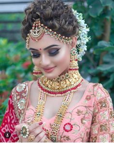 Can't decide what is more eye-catchy about her bridal look – her radiant makeup … - Braut Indian Bridal Photos, Bridal Hairstyle Indian Wedding, Indian Wedding Makeup, Indian Wedding Bride, Indian Bridal Hairstyles, Indian Bridal Fashion, Wedding Hairstyles, Bridal Makeup Looks, Bride Makeup