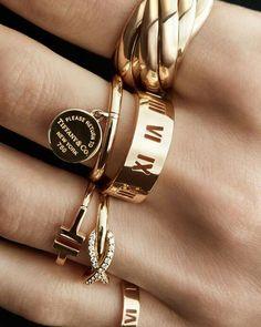 Cuando de combinar se trata, entre más, mejor. Para un look que merece mucha atención, te sugerimos combinar estilos en oro para lograr ese estilo audaz. Conoce los anillos: http://bit.ly/2aSM3j4   *Hasta el 30 de Agosto disfruta de 12 MSI, en las boutiques de Tiffany en Altavista y Masaryk (México)