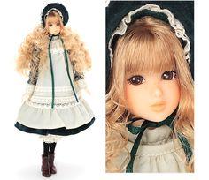 アンティークドリーミング/Antique Dreaming  (2006年11月9日発売 10,290円(税込))  いつもそばにいてくれる、わたしだけのお人形。  深い緑の別珍に生成りのコットンレースがクラシカルなワンピースに、生成りの綿ローンのタブリエを重ねました。大きなつばのボンネットが夢見るアンティークドールのよう。 そばかすが素朴なチャームポイントのmomokoドールです。 She is my very special doll, just for me.  A classical dress in deep green velvet and natural cotton lace is layered with natural cotton loan tablier. A big bonnette sets the mood of a dreamy antique doll.  She is a charming momoko-doll with cute freckles.価格:10,290円(税込)  発売日:2006年11月9日発売
