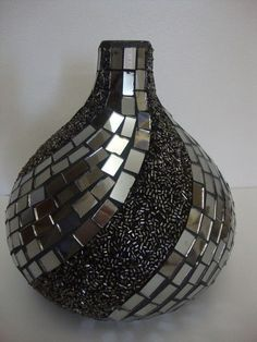 Discover thousands of images about DECOR AND DECOMPOSITION - crazy pens black vase with metalic tiles and small beads Bottle Painting, Bottle Art, Wine Bottle Crafts, Wooden Vase, Metal Vase, Vase Crafts, Mosaic Crafts, Mosaic Vase, Vase Design