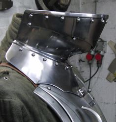 Bevor attached with springbracket on breastplate