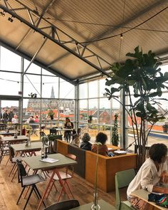 Dakkas haarlem - Eten op het dak van een parkeergarage in een groene oase. Het klinkt misschien een beetje surrealistisch, maar dit is het bijzondere concept van deDAKKAS in H...