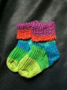 Free pattern by Bianca Boonstra Ravelry: Baby Socks. Free pattern by Bianca Boonstra Crochet Baby Mittens, Crochet Socks, Crochet Baby Shoes, Knitting Socks, Hand Knitting, Knit Socks, Baby Knitting Patterns, Knitting For Kids, Knitting Projects