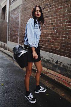 Vestido preto + Jaqueta jeans + meias aparentes + Vans oldskool é o combo perfeito.