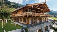 Well built, of course - everything from a single source - Streifzug Media Well built, of course – everything from a single source – Streifzug Media House In The Woods, My House, Chalet Style, Mediterranean Homes, Wooden House, Dream Home Design, Facade House, Log Homes, Country Style