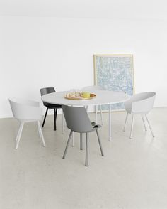 Round table ANNA by Philipp Mainzer in white with side chair HOUDINI by Stefan @stefandiez in neutral colours. / #e15