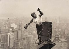 Jaw-Dropping Photos Of The Construction Of The Empire State Building - Lewis Hine Empire State Building, World Trade Center, New York Images, Lewis Wickes Hine, Vintage Photographs, Vintage Photos, Serie Empire, Wisconsin, Photo New York