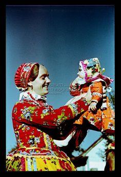 From Doroszló, NHA Néprajzi Múzeum   Online Gyűjtemények - Etnológiai Archívum, Diapozitív-gyűjtemény European Costumes, Medieval Clothing, Folk Costume, My Heritage, Homeland, Traditional Dresses, Hungary, Romania, Budapest