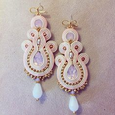 Orecchini soutache / pink soutache earrings di LaviBijoux su Etsy Boho Jewelry, Jewelry Crafts, Wedding Jewelry, Beaded Jewelry, Jewelery, Unique Jewelry, Soutache Tutorial, Earring Tutorial, Shibori