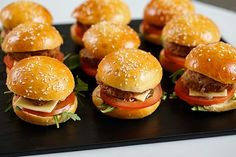 These delicious little homemade burgers will be THE gourmet guarantee of your aperitifs with your friends. Gourmands, they will satisfy your little appetites. These mini burgers my … Homemade Sandwich, Homemade Burgers, Homemade Recipe, Mini Burgers, Veggie Burgers, Turkey Burgers, Finger Food Menu, Mini Sandwiches, Delicious Burgers