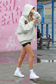 Hailey Bieber at Super Clean Car Wash in Los Angeles 03132020 celebrity fashion celebrityfashion celebritystyle celebritystreetstyle streetstyle streetfashion haileybaldwin haileybieber haileyrhodebieber biebers justinbieber Lazy Outfits, Casual Outfits, Cute Outfits, Fashion Outfits, Outfits Spring, Estilo Hailey Baldwin, Hailey Baldwin Style, Celebrity Outfits, Celebrity Style
