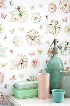 Van dit vrolijke, hippe bloemenbehang van Studio Ditte krijg je vlinders in je buik! Dit Flowers wallpaper combineert pastel met fellere details.