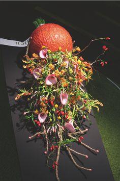 Johannes de Boer van Extra Verte in Urk maakte een basis van een tempex bolvorm, overgoten met kaarsvet. Binnenin deze bol bevindt zich een steekschuim bal, waarin de bloemen zijn gestoken. aan de ene kant is een waterval van bloemen, aan de andere kant een bundeling van stelen. Zo lijkt het of het een boeket is.