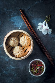 Steamed pork dumplings with Asian dipping sauce Food Platters, Food Dishes, Steamed Pork Dumplings, Dark Food Photography, Food Menu Design, Food Wallpaper, Food Concept, Aesthetic Food, Indian Food Recipes