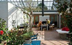Reportage: De bor i et glashus Gable House, Glass Pavilion, Home Greenhouse, Garden Design, House Design, House In Nature, Backyard, Patio, Earthship