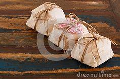 El casado brasileño del bem de tres dulces de la boda con el ganchillo rosado oye