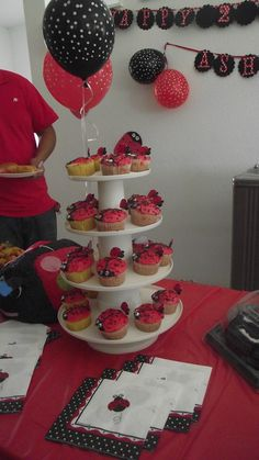 Torre de cupcakes e guardanapos de joaninha
