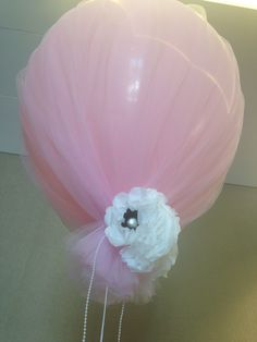 Balloon table centrepiece for wedding reception. made by the girls at Bella Weddings Perth. Www.bellAweddings.com.au #bellaweddings #tullebaloon #cutedecor