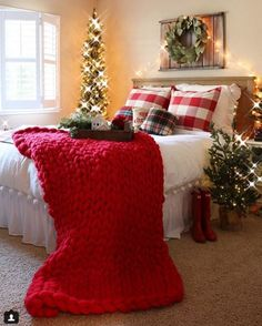 Resource to help you become lovely best farmhouse christmas bedroom decor ideas 6 Farmhouse Christmas Decor, Cozy Christmas, Rustic Christmas, Christmas Holidays, Farmhouse Decor, Outdoor Christmas, Homemade Christmas, Modern Farmhouse, Farmhouse Style